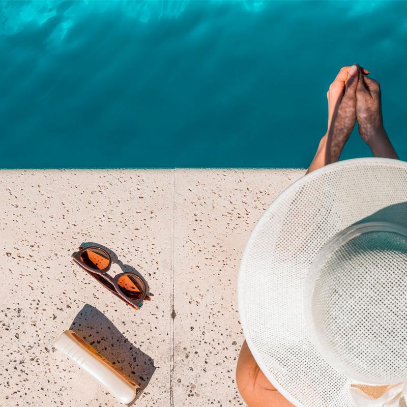Entorno de piscinas pede conforto que só pisos atérmicos garantem