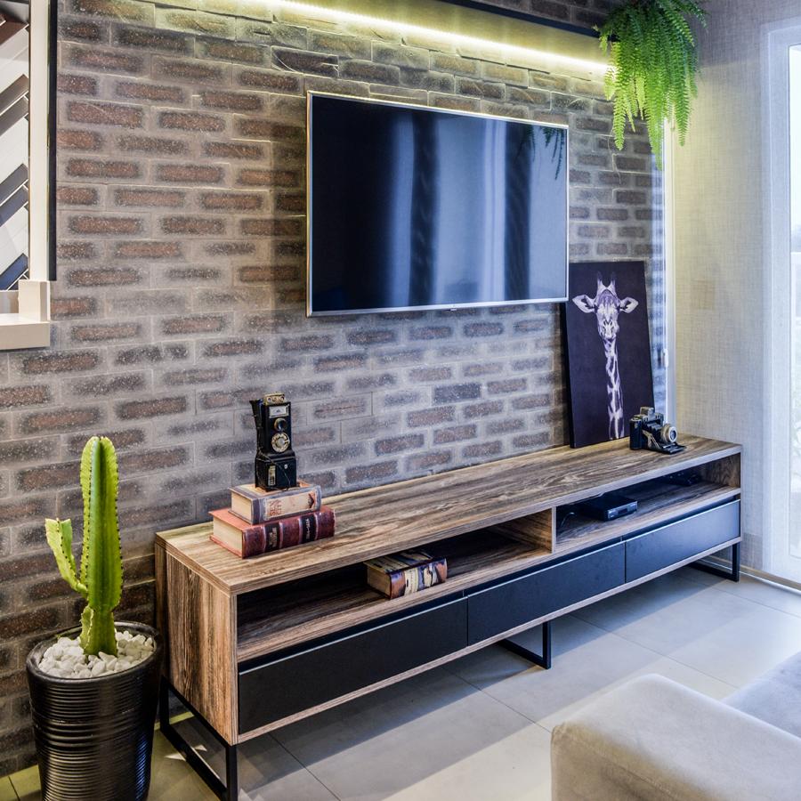 Brick Oxford compõe mix ousado em sala de apartamento