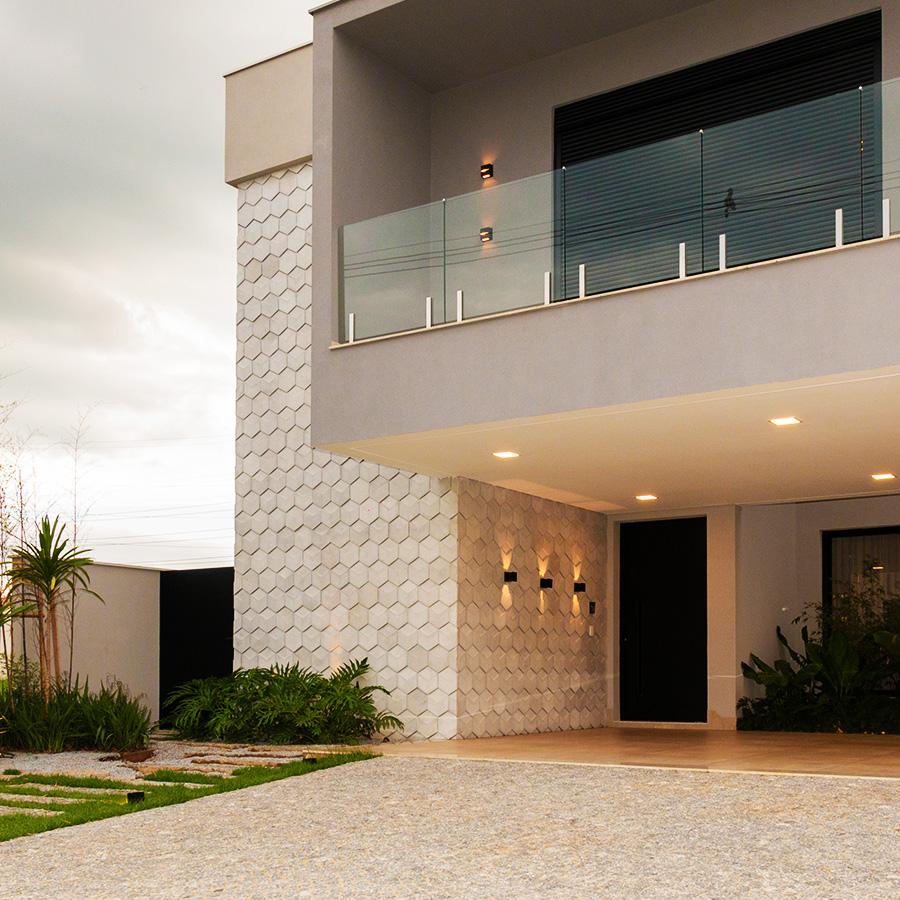 O verde e o relevo 3D que deram personalidade à fachada contemporânea em Piracicaba