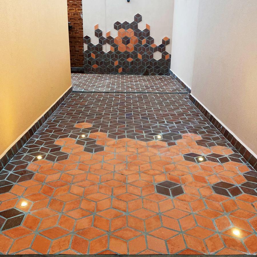 Estilo que sobe pelas paredes – piso Volti renova área externa em casa dos anos 70